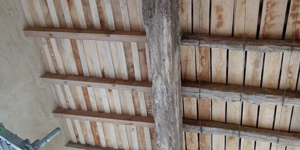 Pose de couvre-joints en chêne sur voliges non jointives
